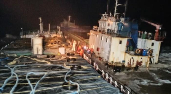 भारतीय तटरक्षक दलद्वारा गुजरात तटमा फसेको जहाजका १२ जना चालक दलको उद्धार