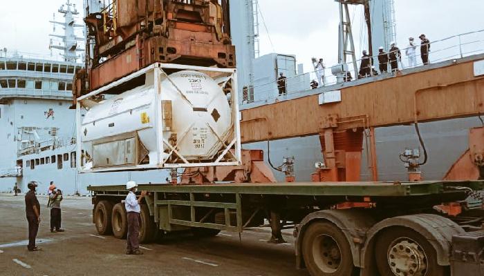 कोविड -19 सहयोग: आईएनएस शक्ति 100 टन ऑक्सीजन के साथ श्रीलंका पहुंचा