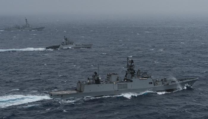 """भारतीय नौसेना तथा अन्य क्वाड राष्ट्रहरुका नौसेना पूर्व मालाबार २०२१ को """"समुद्री चरण"""" मा भाग लिँदै"""